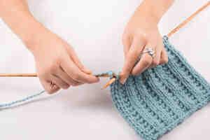 Comment tricoter des côtes ajourées?