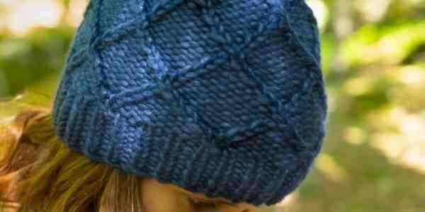 Comment attacher un chapeau de femme avec un pompon?