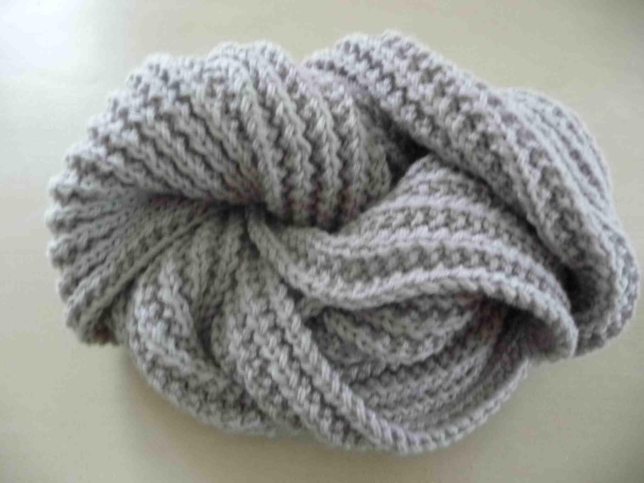 Comment tricoter une écharpe en mousse?